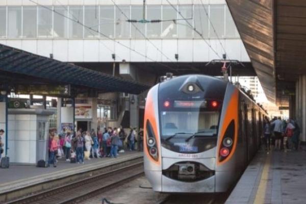 На Великдень і травневі свята в Україні курсуватимуть 7 додаткових поїздів