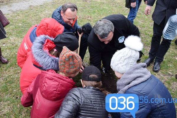 У Дубні у сквері Шевченка дуби садили всі: чиновники, військові, духівництво та діти
