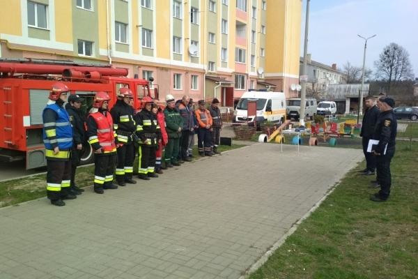 На Рівненщині рятувальники провели навчання у житловому секторі