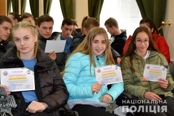 У Рівному півсотні школярів отримали сертифікати про проходження у поліції домедичної підготовки