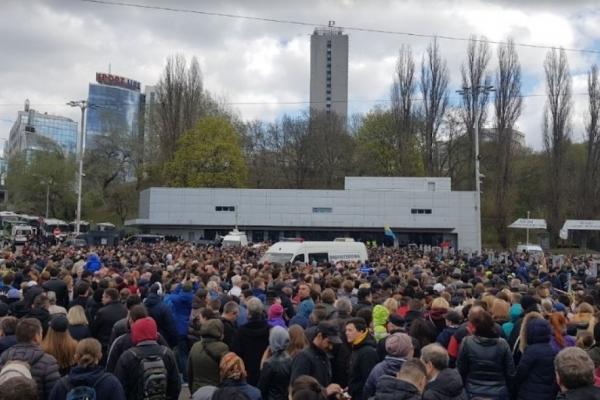 В ФБ публікують фото тисяч киян, які прийшли на «Олімпійський» підтримати Порошенка