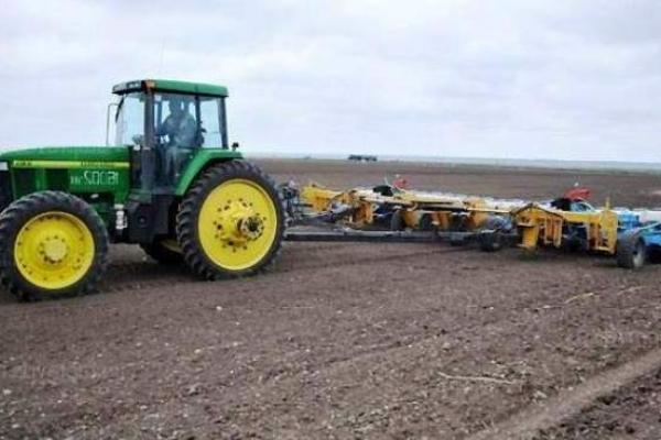 На Рівненщині сіють соняшник та кукурудзу