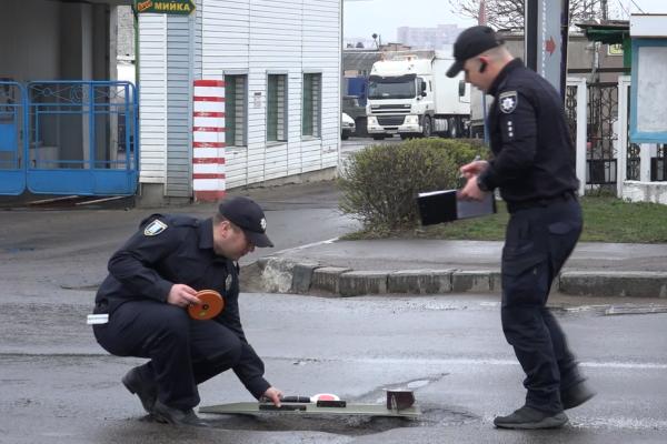 Рівненські патрульні поліцейські проінспектували стан дорожнього покриття (Відео)