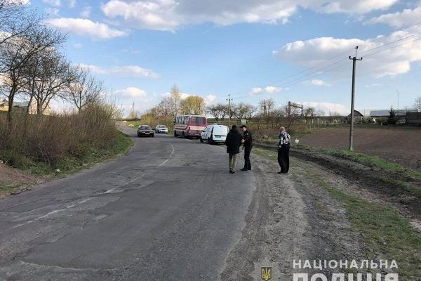 У Рівненському районі на ходу із маршрутки випав пасажир