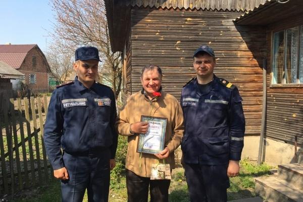 Рокитнівські рятувальники привітали пенсіонера пожежної охорони з ювілеєм
