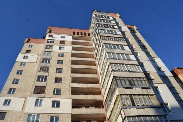 Рівненські вогнеборці під час пожежі у 14-поверхівці врятували двох чоловіків (Фото)