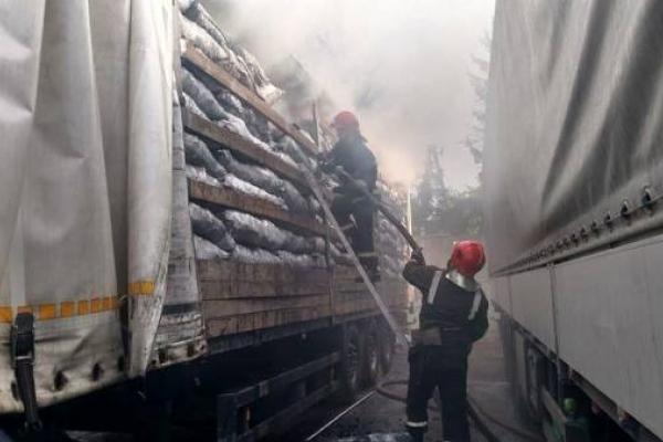 В Рівному вогнеборці ліквідували пожежу у вантажівці з деревним вугіллям