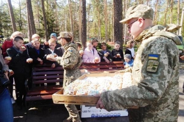 На Рівненщині військові ремонтники завітали до дітей школи-інтернату з подарунками