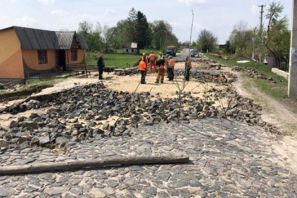 На Дубенщині почали відновлювати зруйновану негодою дорогу (фото)