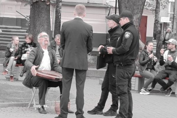 У Рівному поліцейські спершу зробили кобзареві зауваження, а потім перед ним вибачалися