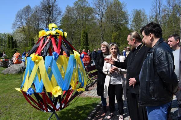 Студенти Мирогощанського коледжу виготовили велетенський великодній кошик та писанки (фото)