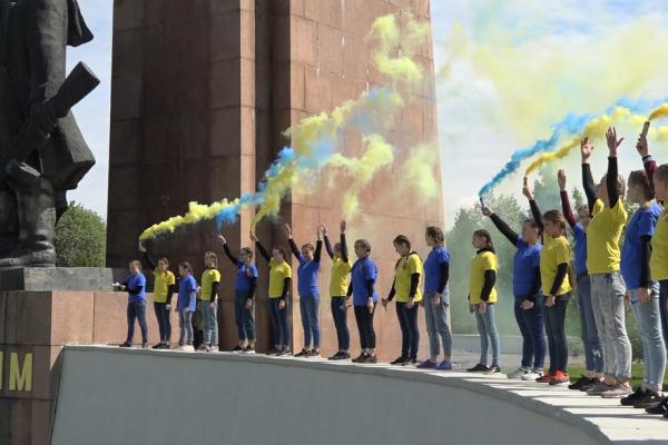 Школярі влаштували у Рівному флешмоб до Дня пам'яті та примирення (Відео)