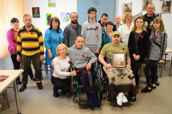 Власноруч виготовляли маки пам'яті ветерани війни у Клеванському госпіталі що на Рівненщині