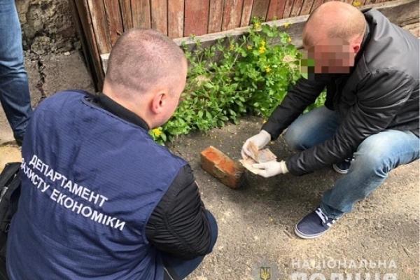 На Рівненщині на хабарі затримали двох осіб