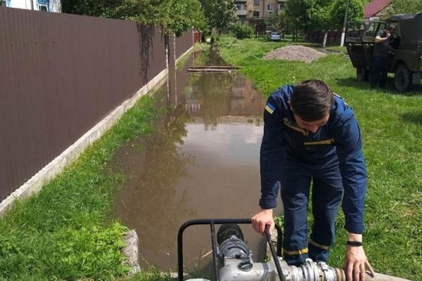 Рівненські рятувальники продовжують надавати допомогу з відкачування води (Фото)