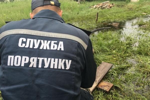 У трьох районах Рівненщини рятувальники ДСНС продовжують відкачувати воду (ФОТО)