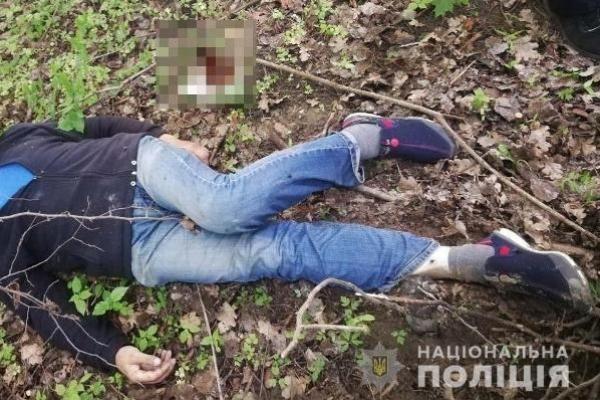 У Рівненському районі чоловіка знайшли повішеним в лісі