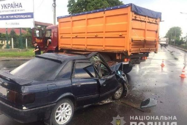 Сьогодні у  Рівному зіткнулися легковик та вантажівка: потерпілих доставили до лікарні