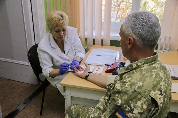 Військовослужбовці ОК «Захід» здають кров для онкохворої малечі