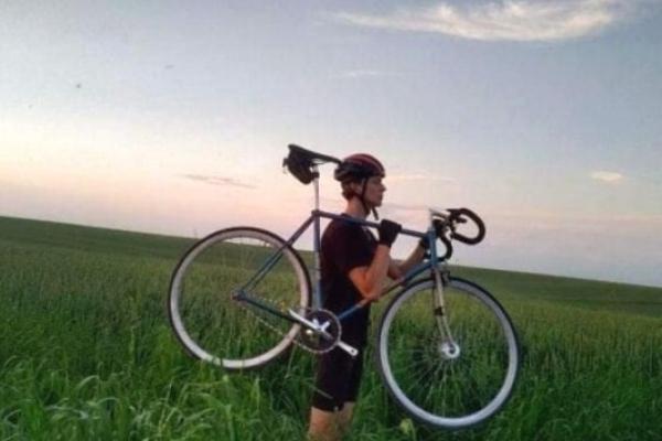 Корецький студент на велосипеді примчав із Тернополя додому