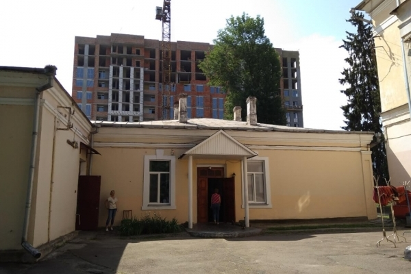 Отака споруда виросла над пам'яткою архітектури у Рівному