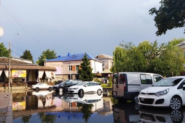 Короткочасна злива затопила вулиці Рівного (Фотофакт)