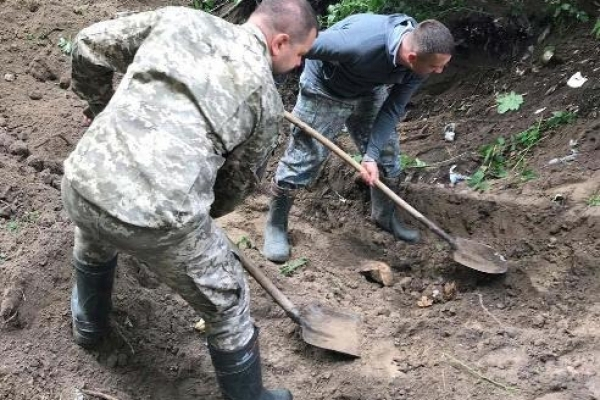 В Дубровиці в лісопосадці відкопали рештки вбитого чоловіка з Дубно (ФОТО, ВІДЕО)
