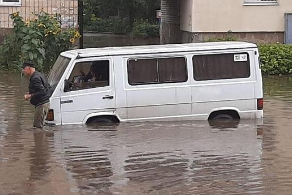 У Рівному після шквальної зливи допомогу громадянам надають рятувальники