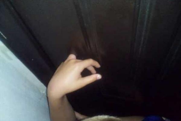 У Сарнах хлопчик всадив палець в отвір металевих дверей