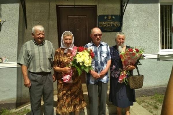 У Бокіймі зареєстрували шлюб дві пари немолодих молодят