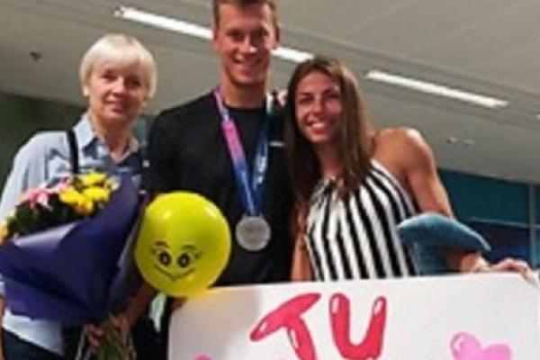 «Срібного» чемпіона світу з Рівного Михайла Романчука в аеропорту зустріла дружина із сюрпризом