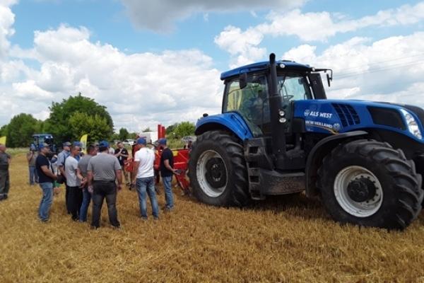 Новітню сільськогосподарську техніку презентували фермерам на Рівненщині