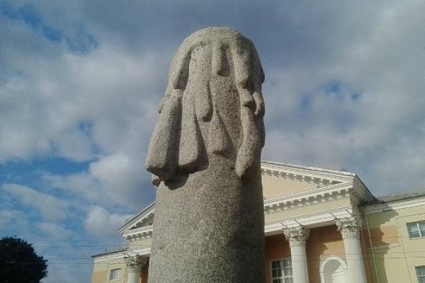 У Здолбунові встановили пам'ятник Героям... Та здолбунівчани не можуть збагнути його суть