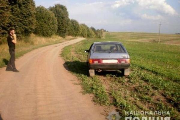 На Острожчині 15-річний підліток викрав авто та покатавшись залишив його в полі