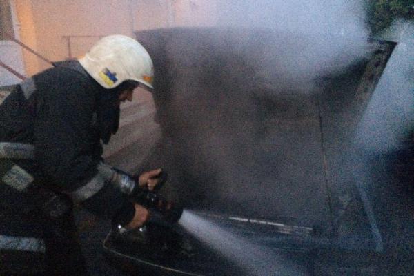 На Острожчині вогнеборці ДСНС врятували від повного знищення вогнем легковий автомобіль (Фото)
