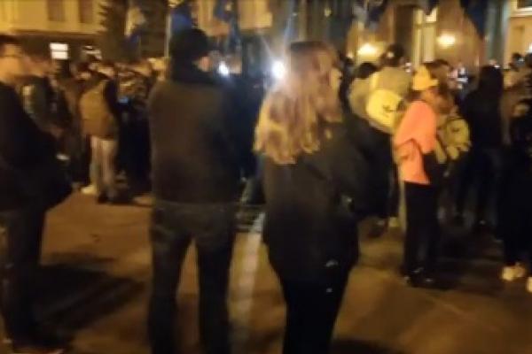 У Києві на Банкову вийшли люди, котрі проти так званої «формули Штайнмаєра» (Відео наживо)
