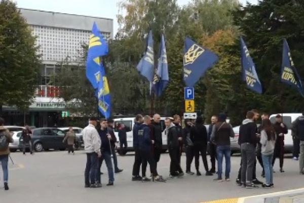 Депутати Рівненської облради не зібрались на позачергову сесію (Відео)