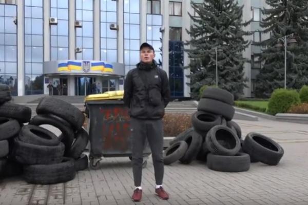 «Трон царя»: сміттєвий бак із таким написом та шини принесли під стіни РОДА (Відео)