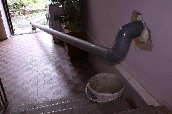У Млинові жінка вивела каналізаційну трубу прямо у під'їзд (Фото)