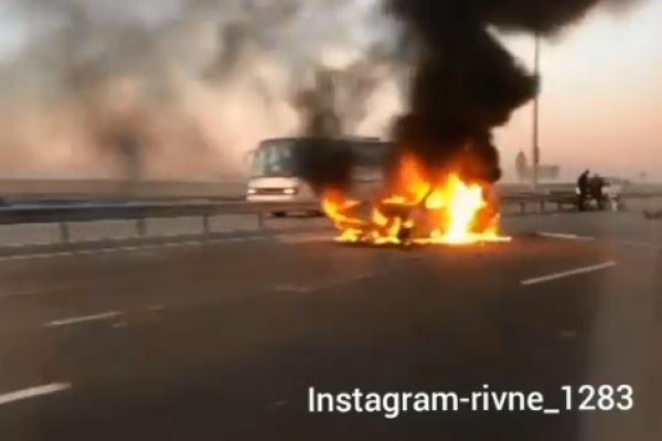 Не вибрав безпечну швидкість: на «Київ-Чоп» згорів автомобіль «Опель Астра» (Відео)
