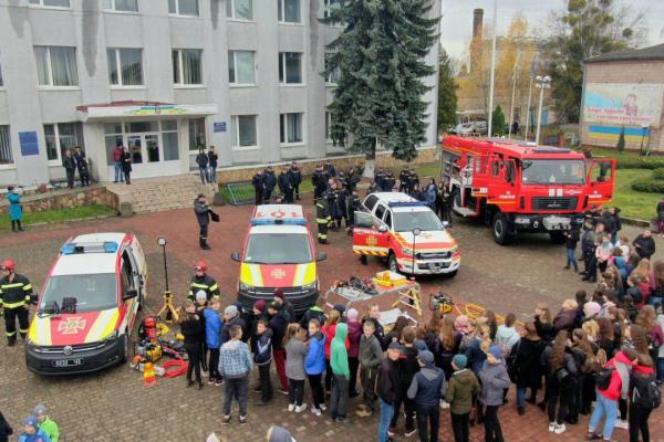У Рівненській області рятувальники показали учням найсучаснішу пожежно-рятувальну техніку (Фото)