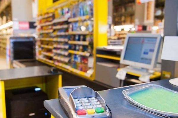 Власники платіжних карток зможуть отримуватимуть з них готівку у касах магазинів