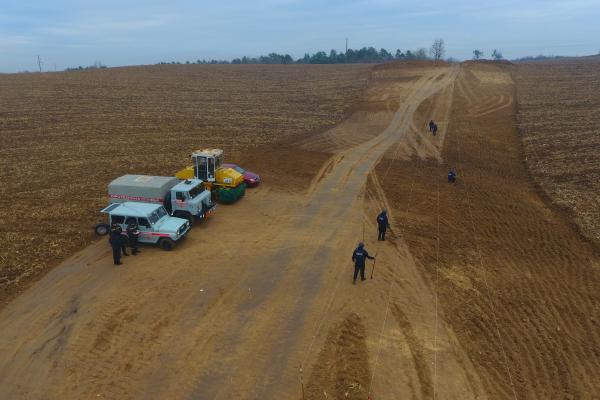 Рівненські піротехніки обстежують автомобільну дорогу державного значення (Фото, відео)