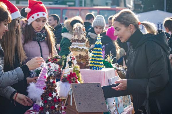 Школярі провели новорічно-різдвяний благодійний ярмарок у Рівному та зібрали рекордну суму