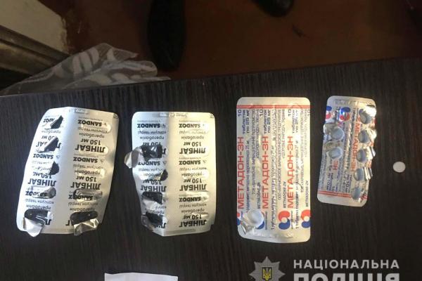 На вулиці Льонокомбінатівська у Рівному чоловік продавав наркотичні речовини (Фото)