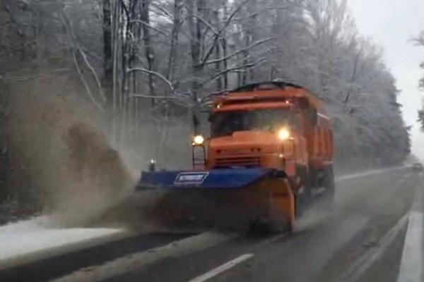На Рівненщині близько 40 машин та півсотні шляховиків розчищали дороги