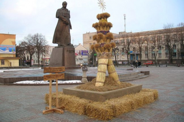У Рівному на центральній площі встановили Дідуха (Фото)
