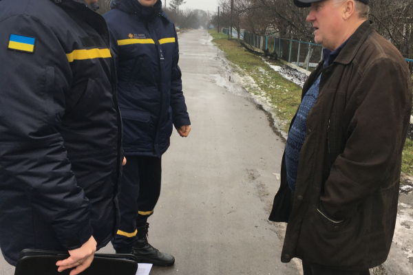 Гощанські рятувальники розповіли місцевим жителям про пожежі й безпеку
