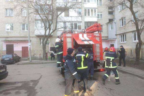Рівненські рятувальники погасили пожежу у багатоповерхівці