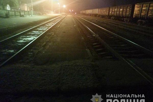 Нетверезий житель селища Рафалівка ледь не загинув під потягом